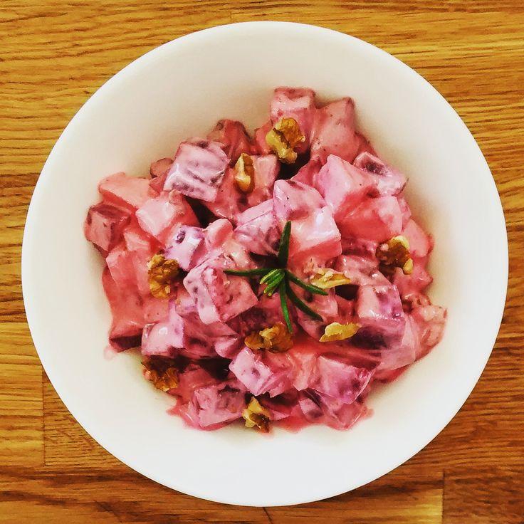 Πατατοσαλάτα με μήλα και καρύδια      ΥΛΙΚΑ:    500γρ. βρασμένα παντζάρια  1 μικρό μήλο  50γρ. καρύδια  2 κ.σ. γιαούρτι σταγγιστό  1 κ.σ. μαγιονέζα  1/2 κ.γ. σκόνη σ...