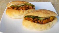 """Wij krijgen veel verzoeken om recepten van Surinaamse broodjes te plaatsen. Daar willen wij natuurlijk niet aan voorbij gaan. Hieronder volgt een korte uitleg en een overzicht van 5 heerlijke en meest populaire Surinaamse broodjes recepten. Surinaamse broodjes zijn belegde witte pistolets ook wel Surinaamse puntjes genoemd. Het beleg (in het Surinaams """"toespijs"""") van de…"""