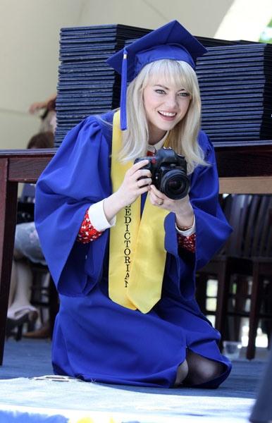 """Gwen Stacy (Emma Stone) se gradua de  high school en el set of """"The Amazing Spider-Man 2"""" en NYC"""
