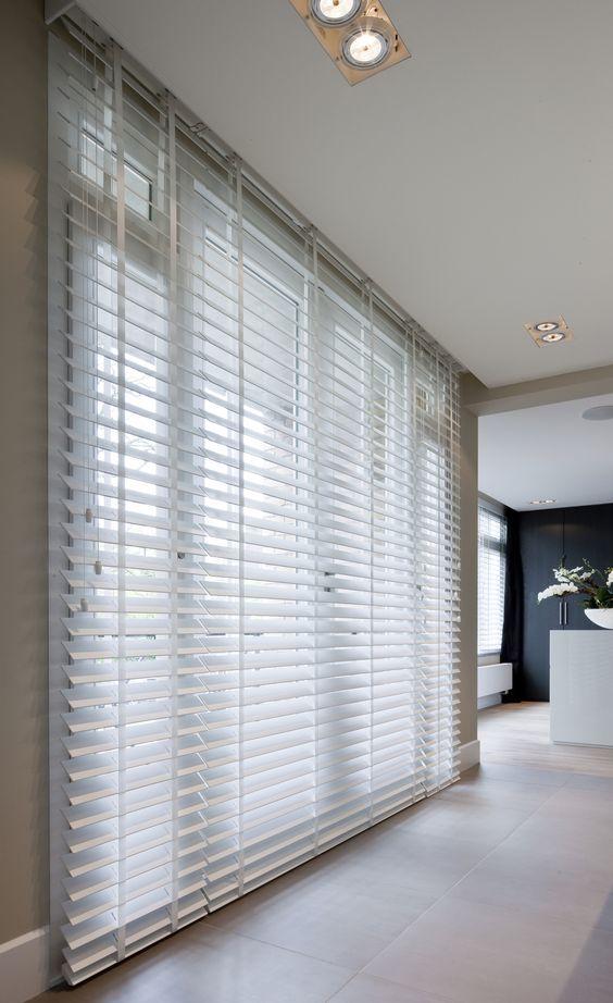 Brede lamel 50mm bij witte houten jaloezieen. De trend van nu in raamdecoratie. Bestel voordelig en eenvoudig houten #jaloezieen in de webshop van Maatstudio.nl