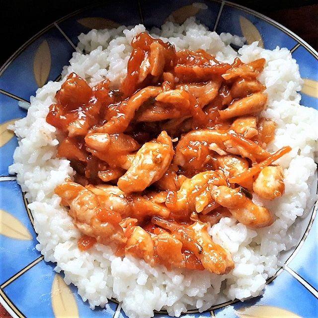 Édes savanyú mártásos csirke rizzsel, pillanatok alatt elkészíthető finomság!
