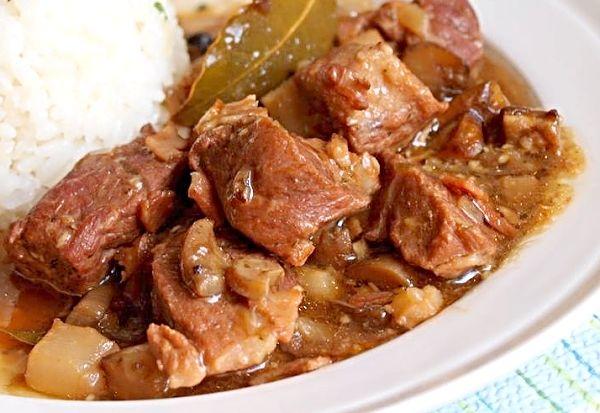 Na kostky nakrájená vepřová plec, okořeněná, zprudka orestovaná v hrnci na slanině a cibuli, pak podušená doměkka spolu s houbami, podlitá vývarem nebo vodou.