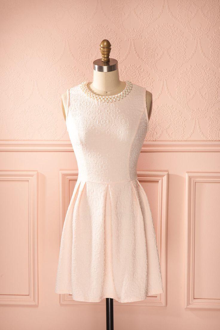 La féminité de Grace Kelly aurait été à son comble dans cette magnifique robe.  Grace Kelly's femininity would have been at its height in this magnificent dress. Light pink pearl collar dress www.1861.ca