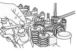 Reglaje de taqués utilizando una galga de espesores para corregir un juego de válvulas incorrecto. Los efectos negativos de este son:  Holgura insuficiente: apertura prematura y un cierre retardado, luego no se evacúa todo el gas. Se pueden quemar la cabeza y el asiento de la válvula, posibles llamas en el conducto de admisión, bajo rendimiento del motor por pérdida de compresión. Holgura excesiva: alzada de la válvula y tiempo que permanece abierta menores. Ruidos, desgaste y bajo rto…