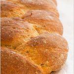 Treccia di pane ai pomodori secchi e origano