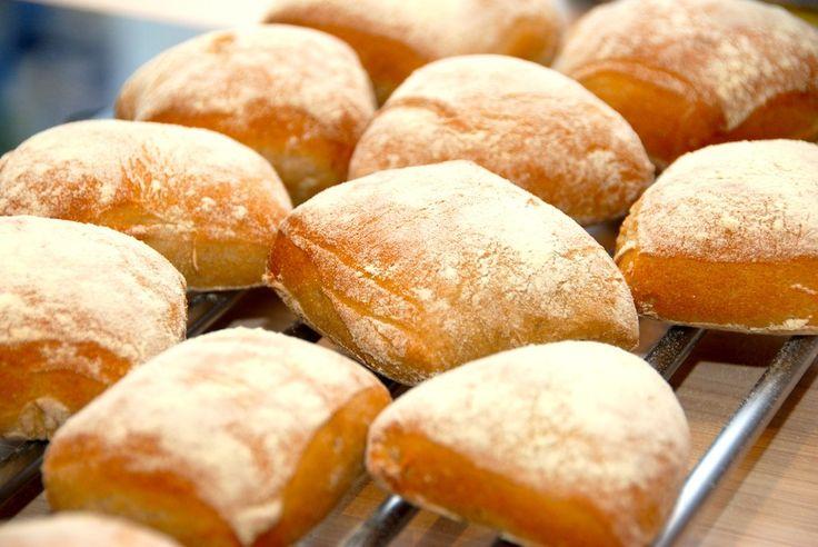 Skønne durum boller, der både kan bruges som madbrød eller til en god sandwich. Durumbollerne er både robuste og smagfulde, og har en dejlig krumme. Foto: Guffeliguf.dk.