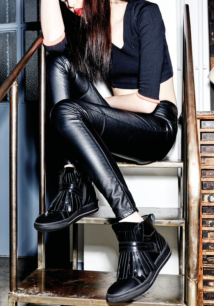 Albano's Black sneakers for your glamour day!! Scopri come essere sempre glamour senza rinunciare alla comodità!!Sneakers Albano realizzata in pelle nera ed impreziosita da Frange in pelle