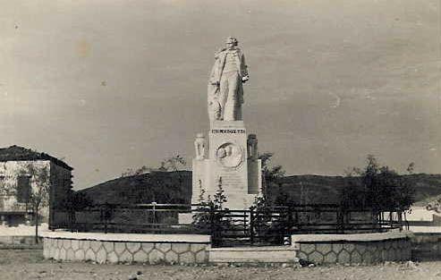 The statue of Nicholas Skoufa in Kompoti/ Ο ανδριάντας του Νικολάου Σκουφά στο Κομπότι