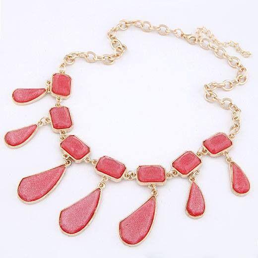 Collar de moda con cadena dorada y piedras en color rojo.Original diseño de la nueva colección.