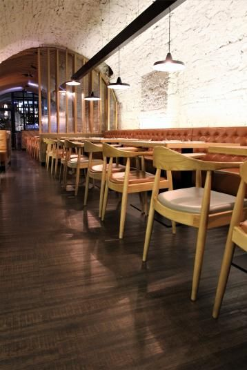 Sklepní salonek v restauraci Mincovna s vinylovou podlahou Simplay Wood Mystique s dekorem tmavého katrovaného dřeva. / Historical cellar with vinyl flooring Simplay Wood Mystique by Objectflor with sawn wood decor. http://www.bocapraha.cz/cs/reference-detail/93/restaurace-mincovna-praha/
