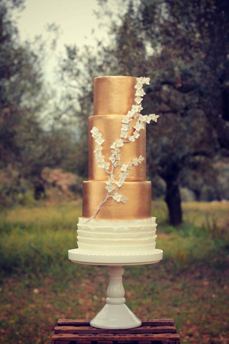 White&Gold Wedding Cake  #cake #weddingcake #ledouxcollage #fondant #vintagewedding #sugarflower #sugarcraft  Contact Us ledouxcollage@gmail.com www.facebook.com/ledouxcollage