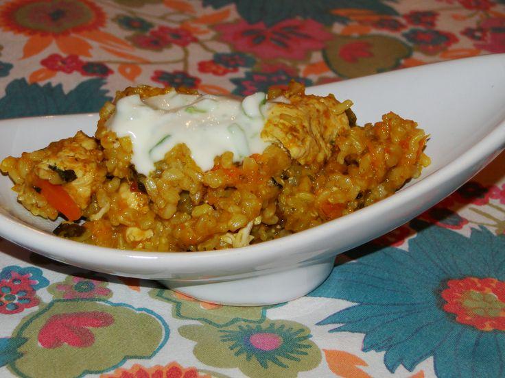 ARROZ INTEGRAL CON POLLO AL CURRY ( SIN TACC ) INGREDIENTES:  2 vasos de arroz integral 4 vasos de caldo media calabaza 1 zanahoria 3 pechugas 1 puerro sal 2 cdas de curry  CREMA ÁCIDA: 100 gr de queso crema  1/2 limón 1 cebolla de verdeo solo lo verde sal https://www.facebook.com/pages/La-cocina-de-Ale/265459323639602