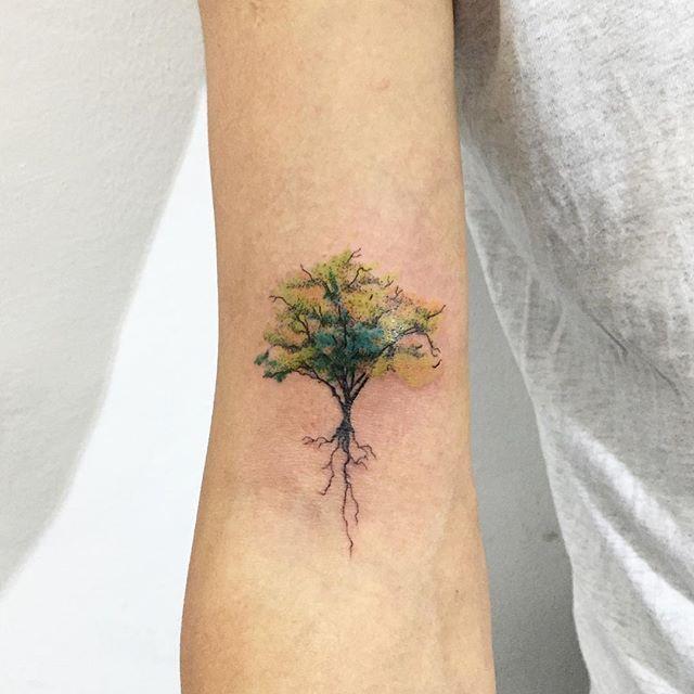 Tatuagem árvore colorida