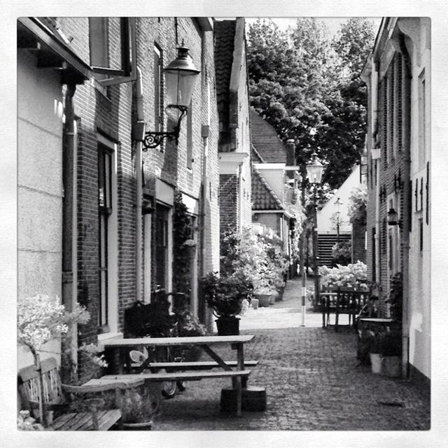 Volledige rust in de steegjes tussen de Middenstraat en de Nieuwstraat in het centrum van #Weesp.