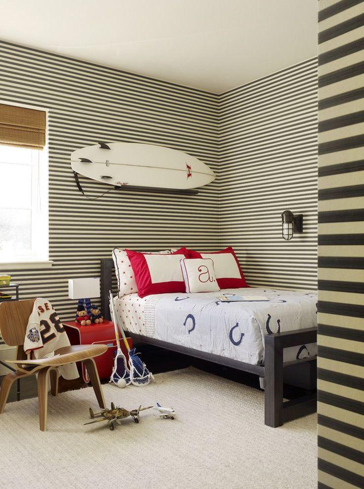 Обои в детскую комнату мальчика: рекомендации по выбору и 70+ ярких идей для вашего ребенка http://happymodern.ru/oboi-v-detskuyu-komnatu-dlya-malchikov-foto/ Полосатые обои для комнаты мальчика-подростка в свежем пляжном стиле. Доска для сёрфинга, модели самолетов и другие предметы увлечений уверенно занимают свои места в интерьере