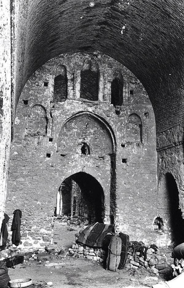 قصر الأخيضر في العراق في مارس 1911 م من أرشيف جيرترود بل