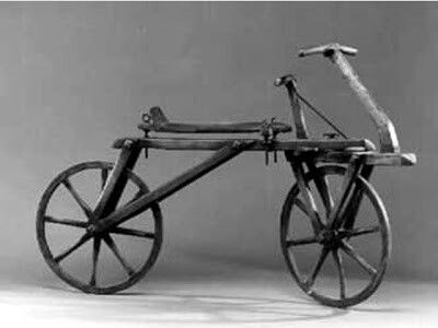 """Depois disso o Alemão Barão Karl von Drais, engenheiro agrônomo e florestal pode ser considerado de fato o inventor da bicicleta quando em 1817 instalou emceleríferoum sistema de direção que permitia fazer curvas e com isto manter o equilibrio,Era a """"draisiana"""" que vinha com rudimentar sistema de freio e ajuste de altura de selim."""