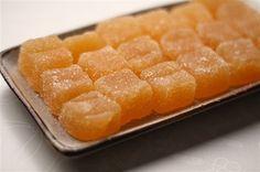 Végre feltárták a zselécukorka receptjének titkát, így eztán otthon mi is elkészíthetjük. Hozzávalók: 50 dkg narancs fél citrom leve 3 evőkanál cukor 1 kis tasak dzsemfix (pl. Dr. Oetker) Elkészítése: A narancsot meghámozzuk, majd...
