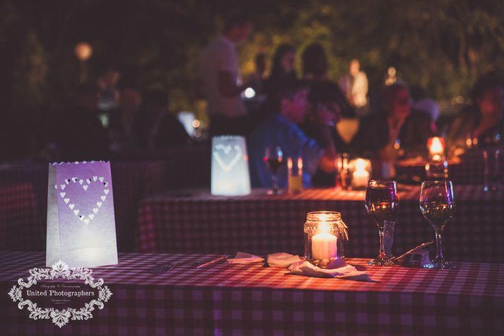 Esté fények, kockás terítős esküvőnél