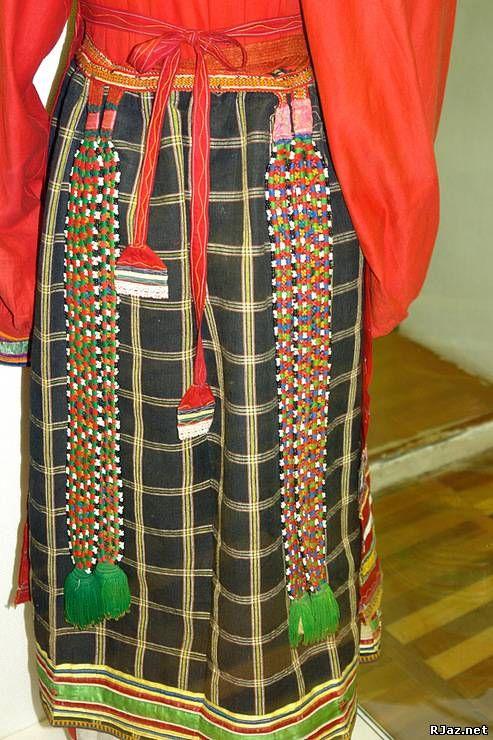 Понева - это юбка, состоящая из трех полотнищ шерстяной или полушерстяной ткани, стянутых на талии плетеным узким пояском - гашником; ее носили только замужние женщины.