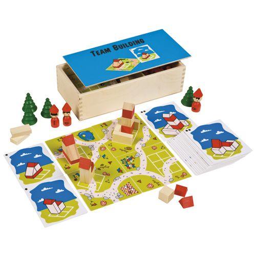 --- team building --- Een kist, waarmee kinderen écht met elkaar samen moeten bouwen. Bovendien worden het ruimtelijk inzicht en de kleur- en vormwaarneming geoefend. De kinderen maken de zes kabouterhuizen op de grondplaten en leggen de platen aan elkaar in een kabouterstad. Gebruik de vrolijke kabouters en bomen voor creatief spel! Samenwerken is erg belangrijk in dit spel. Inhoud: 96 houten blokken in 4 vormen en 2 kleuren, 18 opdrachtkaarten in 3 niveaus, 6 grondplaten 521 314