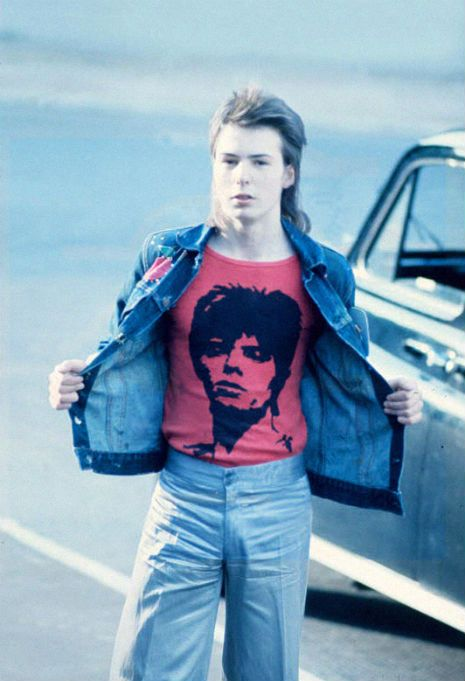 He certainly knew how to play-up to the camera. A young Sid Vicious on his way to a David Bowie concert in London, 1973.
