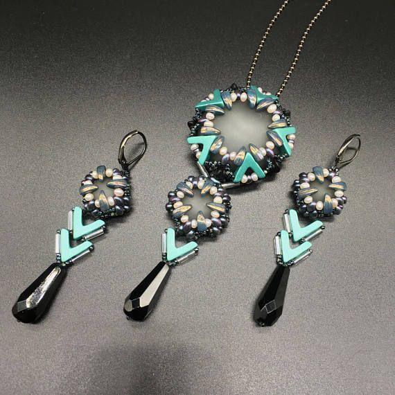 Dit kralen sieraden set bestaat uit hanger en lange oorbellen gemaakt van handgemaakte mat glas cabochons en verschillende gevormde parels. De kleurencombinatie en de moderne stijl maken deze beaded set geschikt voor bijna elk kostuum en gelegenheid. Afmetingen: oorbellen 7,5 cm (2,9 inch)
