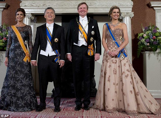 Argentina's President Mauricio Macri, second left, his wife Juliana Awada, left, Dutch King Willem-Alexander, second right, and Dutch Queen Maxima pose for the official photo prior to a state banquet at the Royal Palace in Amsterdam