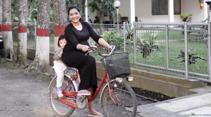 Ajak Anaknya Jalan-Jalan Naik Sepeda Keliling Desa, Ashanty Banjir Pujian Netizen