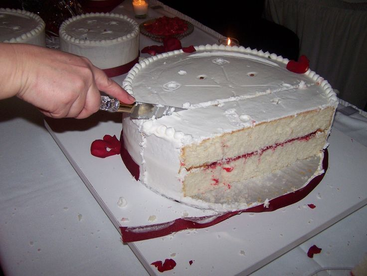 How to cut a wedding cake.   http://cateritsimple.blogspot.com/search/label/cake%20comb
