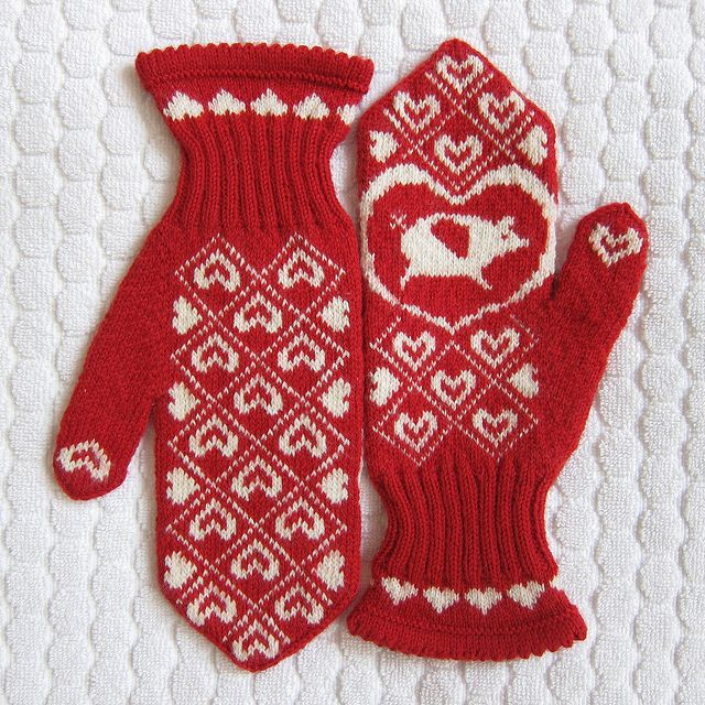 Flying Pig Mittens by katbaro - free pattern
