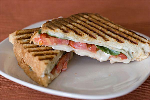 Sándwich a los 3 quesos con tomate