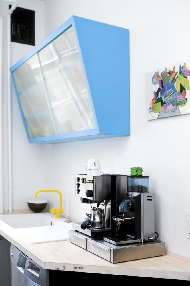 TURKIS KJØKKENSKAP: Kjøkkenskapet er malt i turkis, inspirert av en Ikea-lampe | lavprisvvs.dk. Det lille kunstverket er kjøpt på et galleri i Malaga. © Foto: Tia Borgsmidt