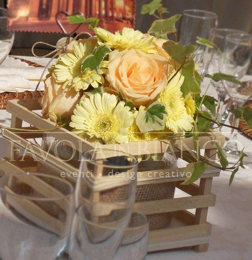 Wedding Details - Centrotavola country. Contenitore in legno, vetro, juta e spago con rose, gerbere ed edera