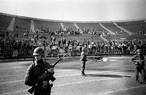 estadio nacional de chile 1973, donde han venido muchos artistas  sin jamas mencionar las atrocidades ahi vividas