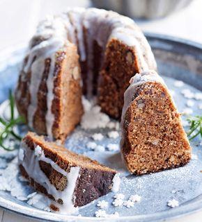 Jouluinen viikunakakku vain paranee vanhetessaan. Kakku sopii myös jouluiseksi leivonnaislahjaksi. 1. Laita hienonnetut viikunat kulhoon ja ka…