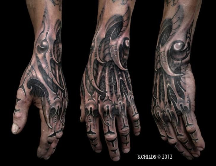 Biomechanisch Hand Tattoo von Spider Monkey Tattoos