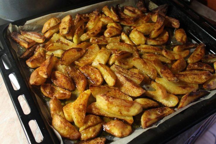 Akár serpenyőben kevés vajon, akár sütőben sütve.  Grill burgonya.  Egyszer a Facebookon kérdeztek rá egy kép kapcsán, hogy hogy a fenébe lesz ilyen a tepsis krumplim. Konkrétan kívül ropogós, belül pedig finom puha. Merthogy még a képen is látszott. :)  Tepsis krumpli (Menet közben megtaláltam a képet.) Ahogy én készítem: A krumplit megpucolom, megmosom, majd cikkekre vágva sós vízben félig (vagy picit tovább) megfőzöm. Azután megy sütőpapírral bélelt tepsire, meglocsolom olívaolajjal vagy…