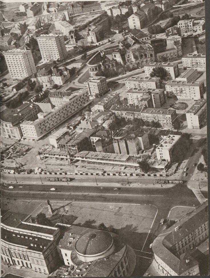 Widok z lotu ptaka na pl. Bankowy (wtedy Feliksa Dzierżyńskiego) i jego wschodnie przyległości w 1962 roku. Widać w jakim stanie był budynek Banku Polskiego na ul. Bielańskiej zanim rozebrano jego skrzydło od strony Trasy W-Z.