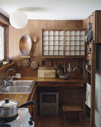 こちらも飾る収納と、きちんとしまう収納のバランスが良いキッチンの見本。いつも使う調理台はすっきり片付いているので、いつでも作業に取りかかれますね。