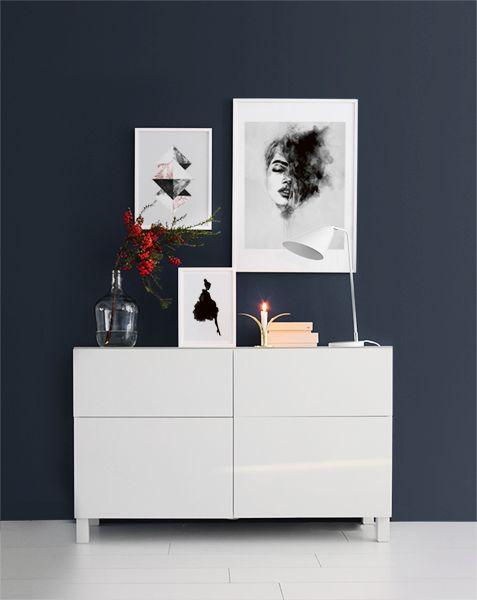 Tavelcollage ovanför vit byrå. Vacker mörkblå väggfärg. Snygga posters och affischer till inredning. Desenio.com