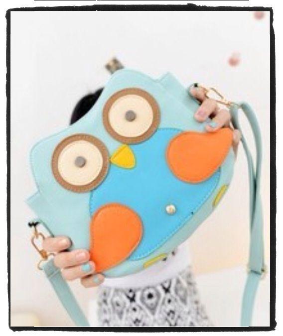 Stiksels & Stijl - #Cartoon #tassen Handtasje in de vorm van een #uil. Gemaakt van nep leer. Met hengsel om aan je schouder te kunnen dragen. Met een extra vakje binnenin en aan de achterzijde. Nu weer volop verkrijgbaar! Formaat:20x20x10cm €27,50