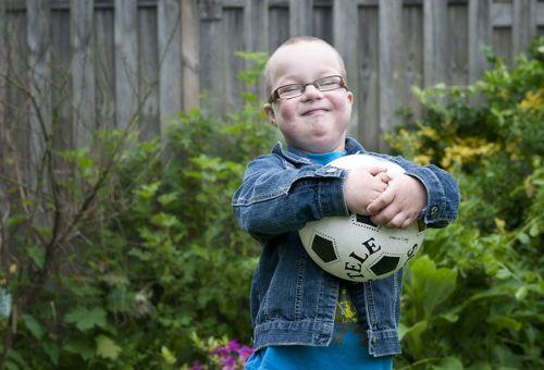 Dit vrolijke ventje heet Jesse. Hij is 4 jaar oud en heeft het Syndroom van Down.