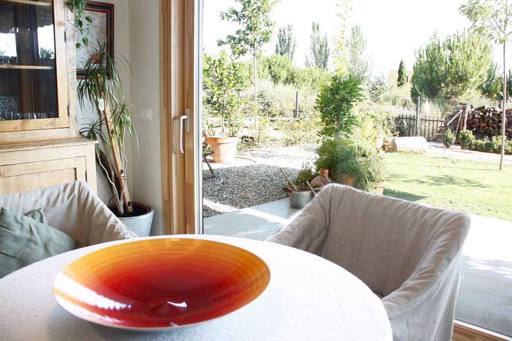 Carreté Finestres ha hecho el diseño, fabricación e instalación de nuevas ventanas de madera Silva 68 en una casa ecológica y sostenbile en Lleida.