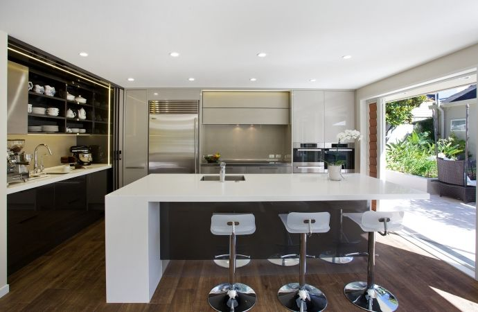 Kitchen featuring Laminam Filo Argento. Design by Toni Roberts, Kitchen Architecture. Photo by Jamie Corbel.