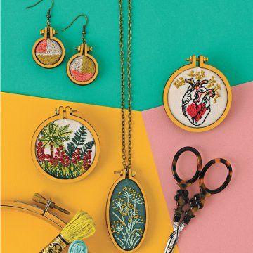 DIY bijoux : des mini tambours brodés en pendentifs et boucles d'oreilles / DIY : embroided jewelery : earring and necklace - Marie Claire Idées