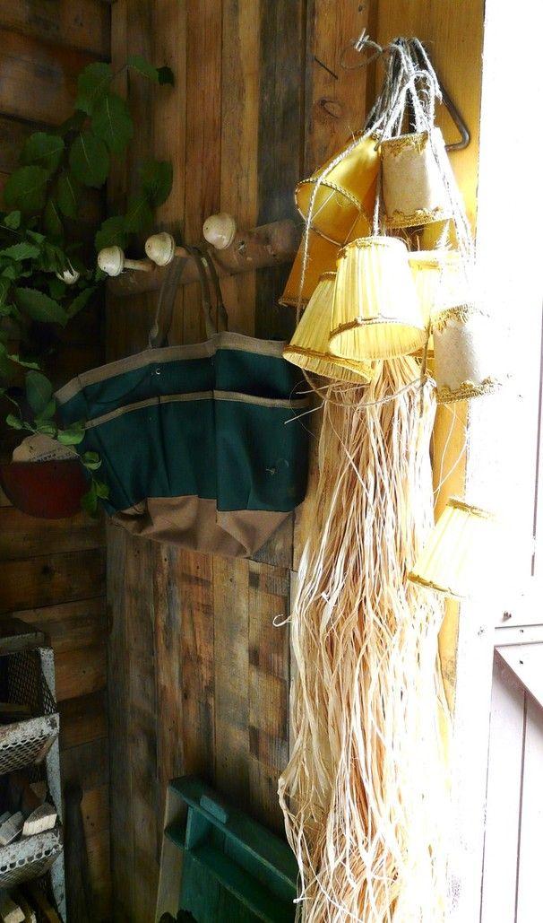 La cabane de L'épicerie de Vénat : récup, planches de bois, guirlande abat-jour, raphia,