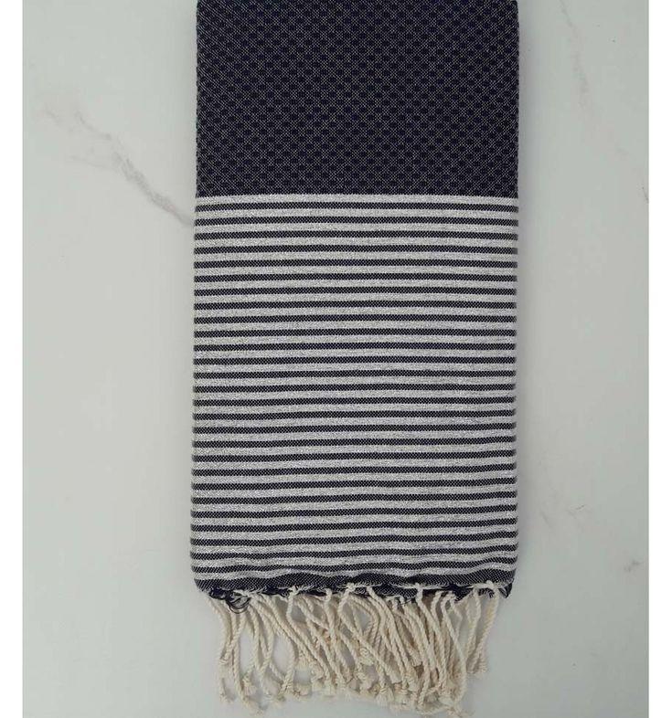 Fouta sort i vævet mønster med striber og hvide kvaster. Perfekt til strand, rejse og badeværelse. Let og tørrer hurtigt. 100% bomuld 100 x 200 cm