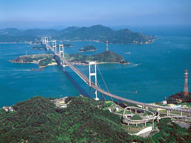 【愛媛県 しまなみ海道】愛媛県今治市と広島県尾道市を結ぶ「しまなみ海道」は全長約60kmの自動車専用道路。橋の部分に自転車歩行車道が併設され、歩いたり自転車で渡ったりすることができます。自転車は今治や各島のターミナルで借りることができます。 http://iyokannet.jp/ #Ehime_Japan #Setouchi