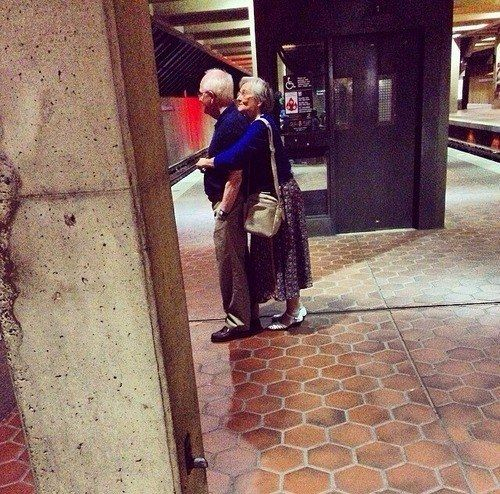 If they're waiting for the subway, they know you might as well hug - 32 AWESOME OLD COUPLES THAT PROVE AGE IS JUST A NUMBER